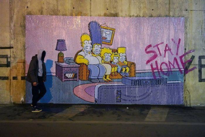 Simpsons met mondkapjes op buitenmuur: Blijf thuis