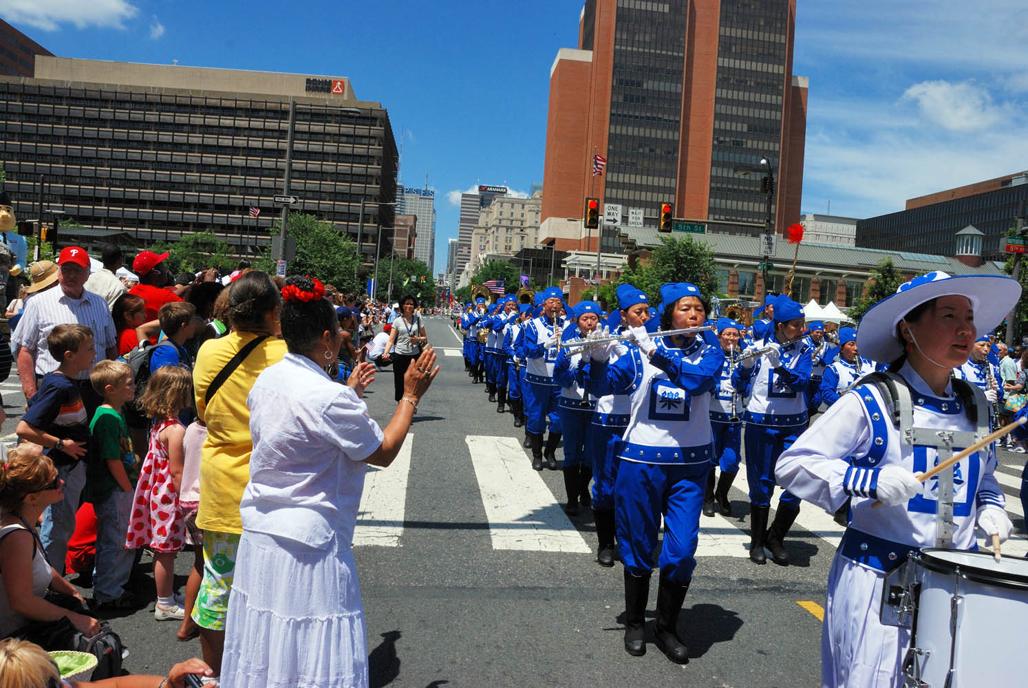 Audience welcomes the performance of the Falun Dafa Divine Land Marching Band.