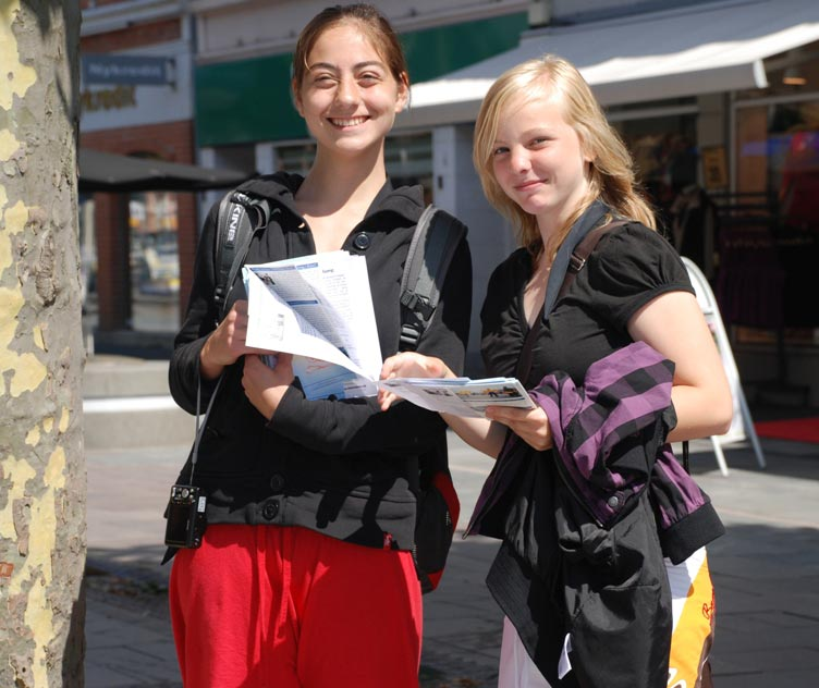 Two girls take initiative to give out Falun Gong leaflets