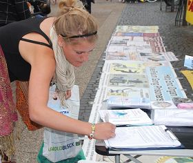 Signing the petition to support Falun Gong
