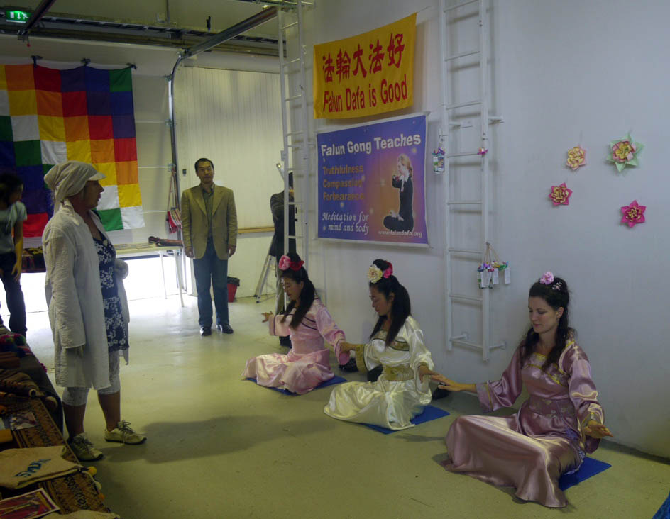 Falun Gong exercise demonstration