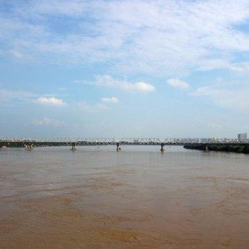 紅河(ホン川)を眺める。確かに赤い