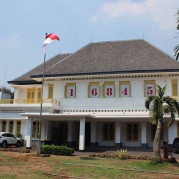一度来てみたかった、ジャカルタ市内の独立宣言文起草記念館。 起草を始めた日付、1945年8月16日が示されている