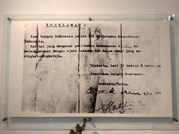 「宣言 我らインドネシア民族はここにインドネシアの独立を宣言する。権限委譲その他に関する事柄は、完全かつ出来るだけ迅速に行われる。ジャカルタ 05年8月17日 インドネシア民族の名において スカルノ/ハッタ」