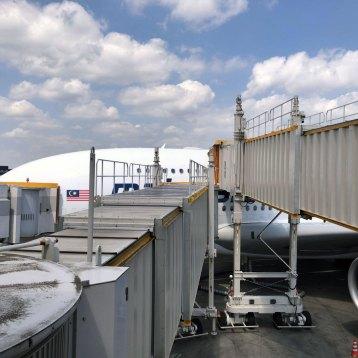 成田に到着。ボーディング・ブリッジが上下に伸びる