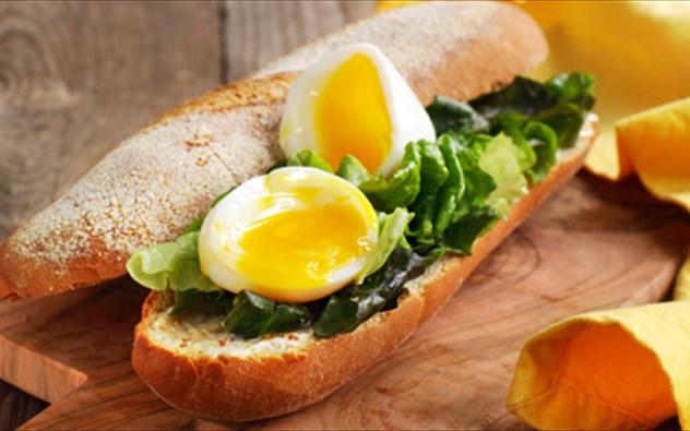 Αποτέλεσμα εικόνας για πρωϊνό με αυγά, φέτα, ντομάτα σα