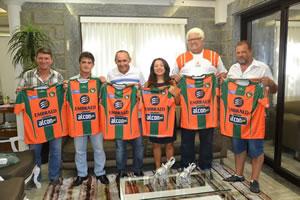 """Foto: Representantes do Camboriú FC, Recriarte, Cecam e Prefeitura """"batendo o martelo"""" para a parceria.  Crédito: Prefeitura de Camboriú"""