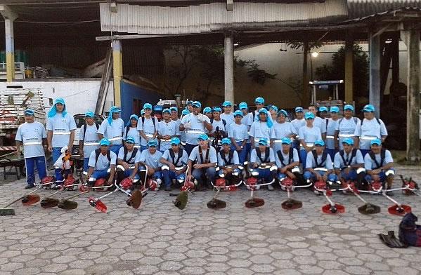 Equipe de limpeza urbana uniformizada