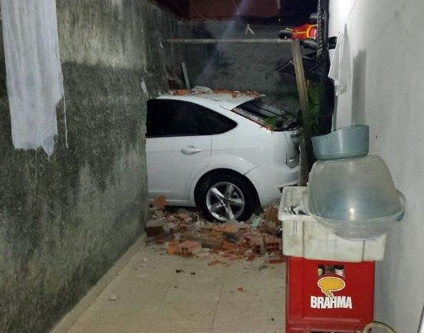 carro invade casa
