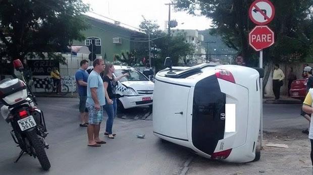 carro tombado