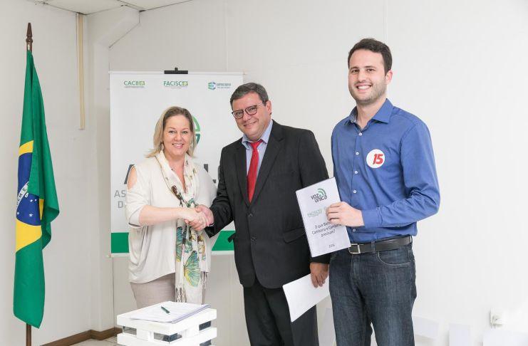 A presidente da Acibalc Ciça Muller com o candidato a prefeito Élcio Kuhnen e seu vice Ramon Jacob