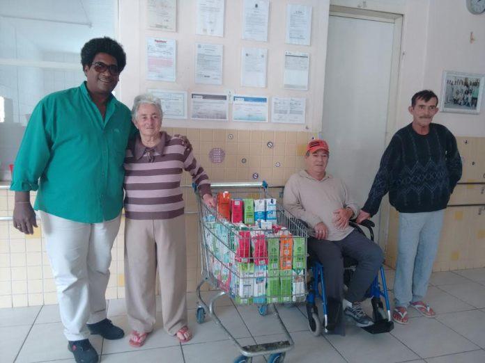 Bel Irineu entrega doações no Asilo Dom Bosco (Divulgação)