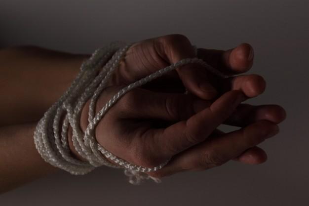 mãos amarradas