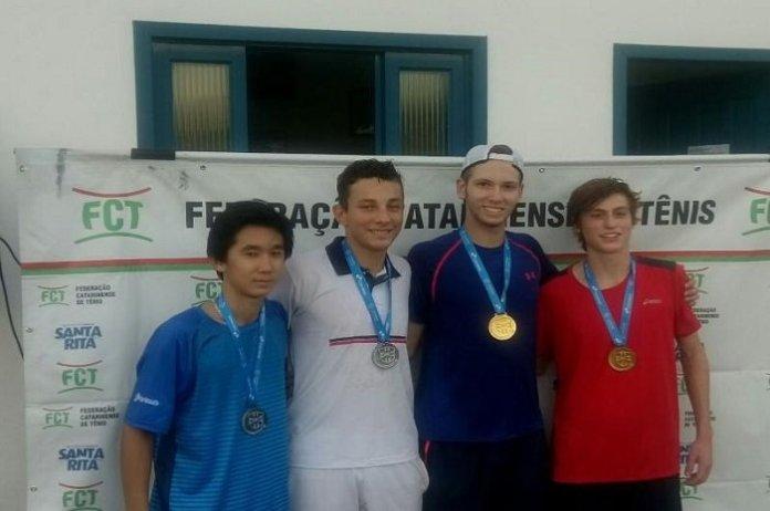 Atletas do tênis itajaiense conquistam títulos em Brusque