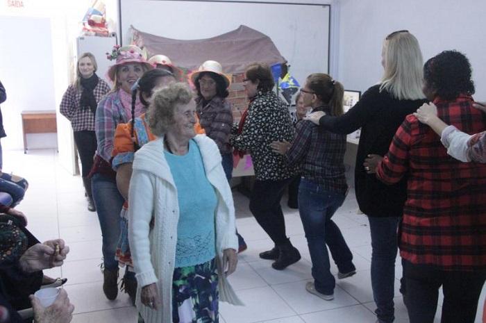 Unidade de saúde do Imaruí promove festa junina para grupo de idosos