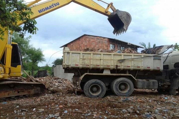 Secretaria de Obras recolhe entulho de casas desapropriadas