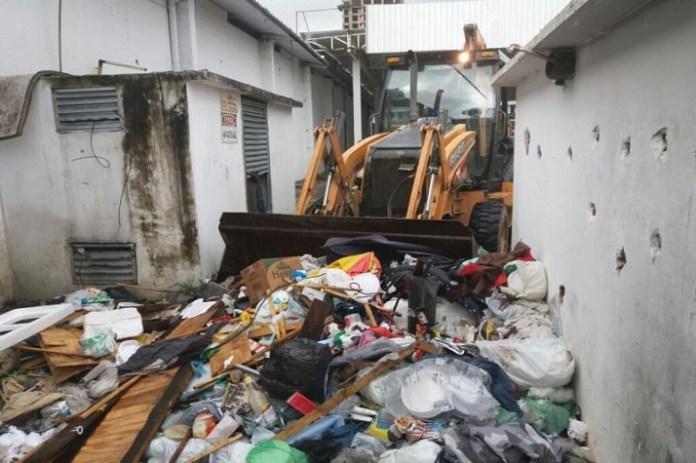 Município realiza limpeza emergencial em imóvel com água parada