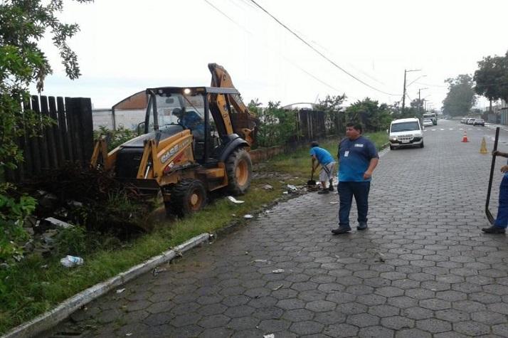 Secretaria de Obras recolhe 18 caminhões de entulho do bairro Barra do Rio