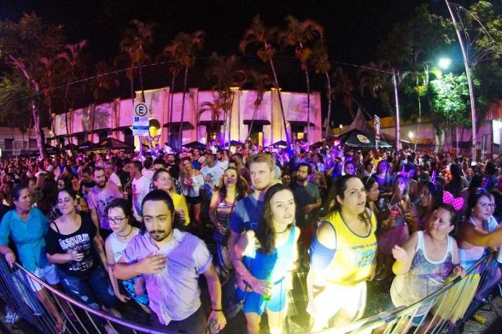 Carnaval de Itajaí reúne foliões no Mercado Público
