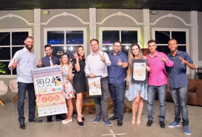 Equipe da Avantis com o certificado do Selo Social