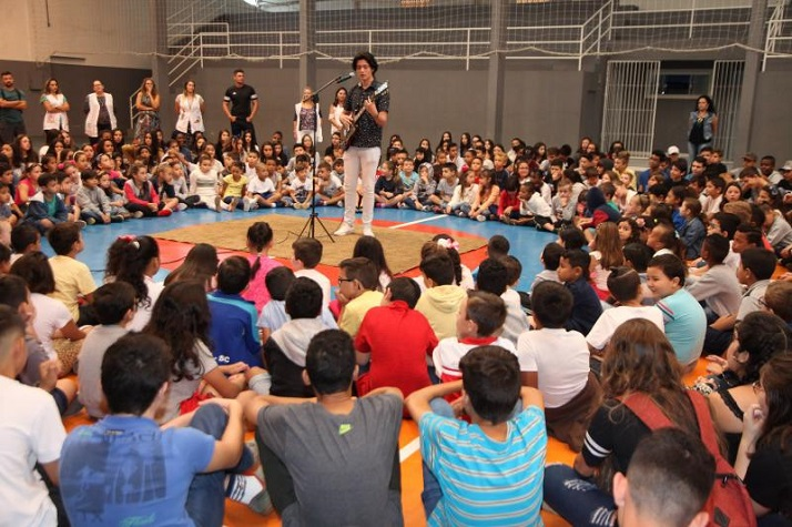 Escola Básica Aníbal César faz programação especial para receber alunos