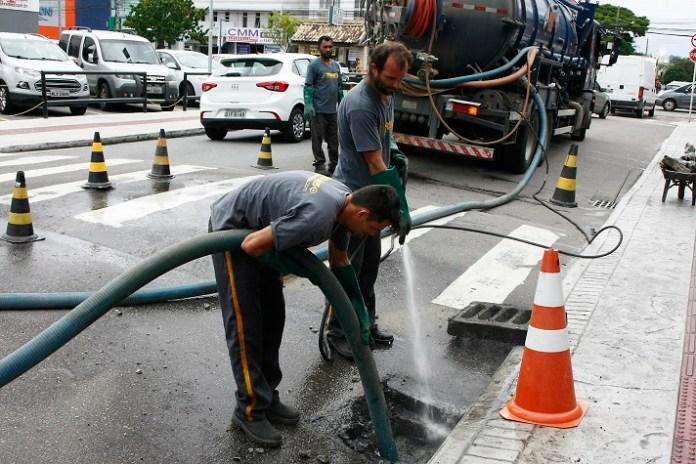 Obras limpeza bocas de lobo 19 02 18 Foto Celso Peixoto 33