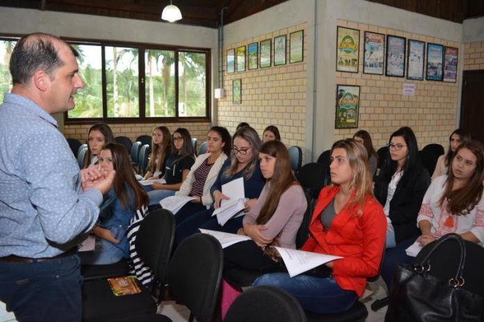 Candidatas à realeza da Festa do Colono participam de curso de passarela e oratória
