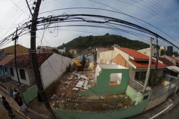 Demolição marca início da ligação da rua Brusque à Contorno Sul