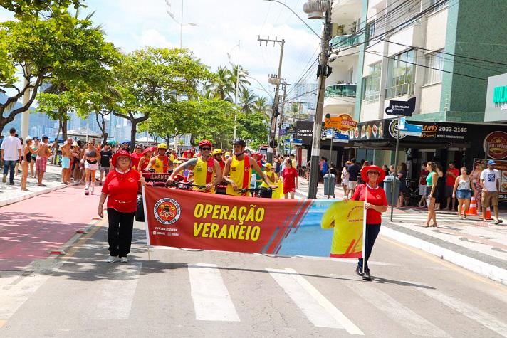 Desfile na Avenida Atlântica abriu a temporada de verão