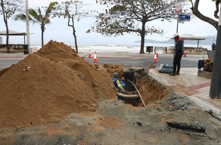 Inicia inserção de tubos do Emissário na galeria da Avenida Atlântica na Barra Sul