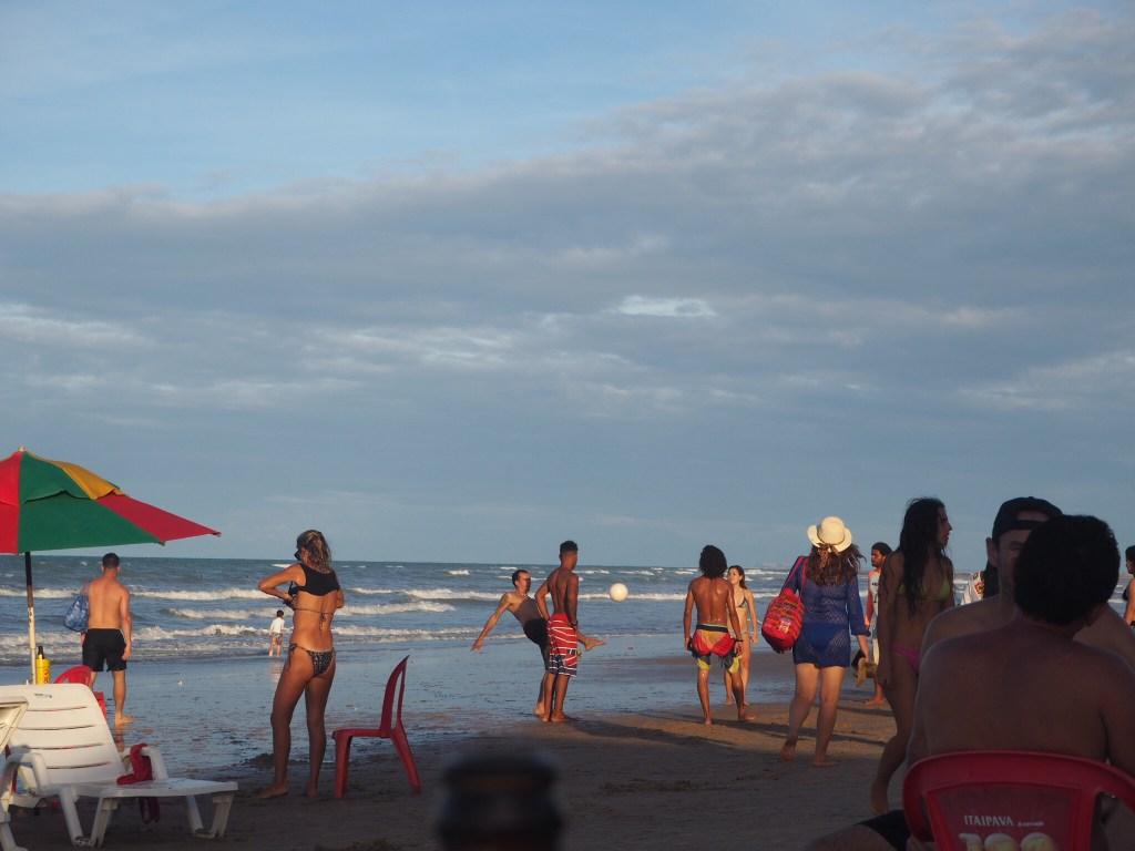 Brésil, Céara, nordeste : Plage de Canoa Quebrada, avec personnes jouant au footvolley