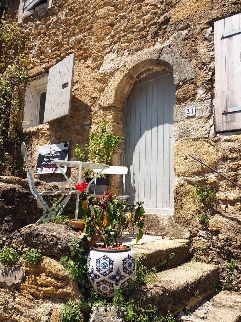 Village de Lourmarin dans le Luberon, Vaucluse. PACA. Ruelle