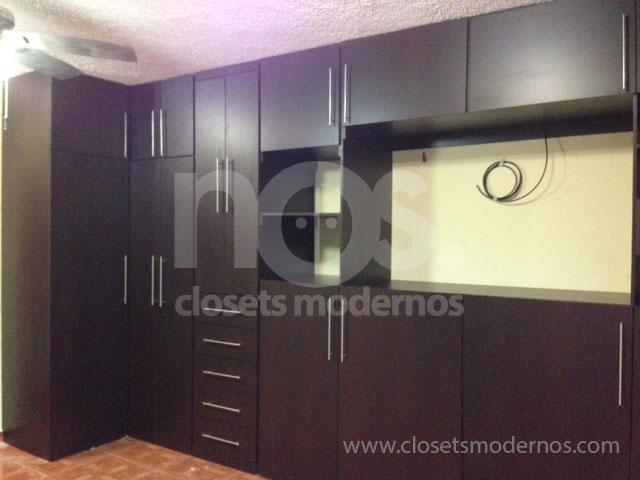 Closet en escuadra 8 nos closets modernos for Closet con espacio para tv