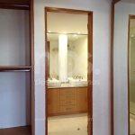 vestidor con baño integrado de madera
