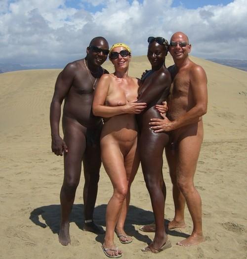 негр и белая на голом пляже только