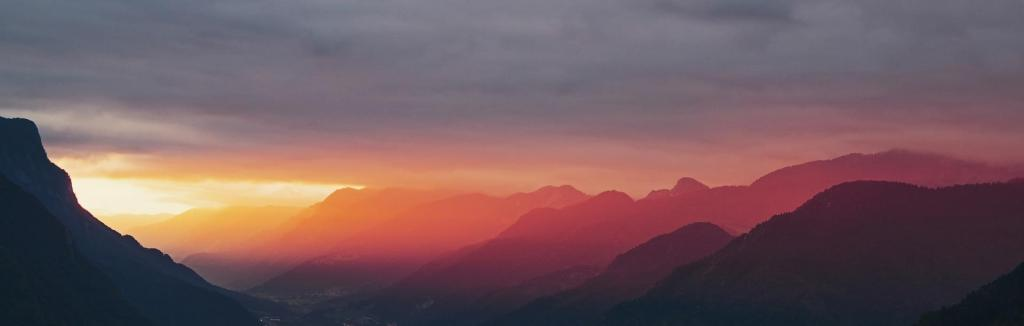 Auringon lasku ja vuoret