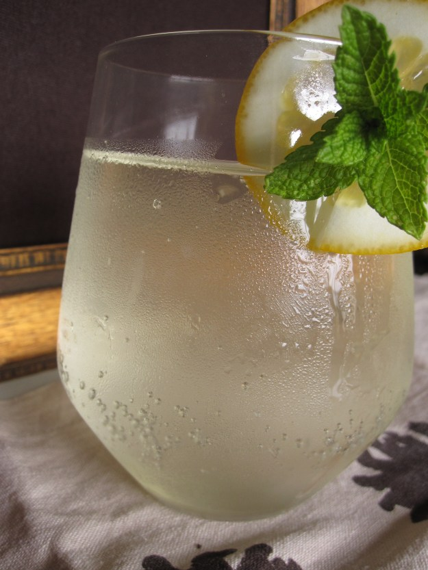 Sparkling elderflower drink