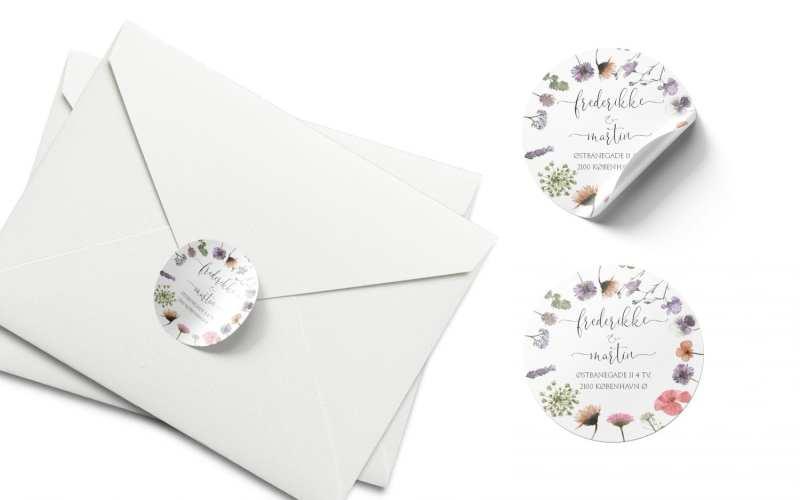 stickers og kuvert til pressed flowers bryllupsdesign