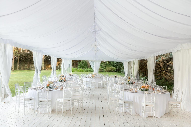 udendørs bryllup. elegant. hvidt.