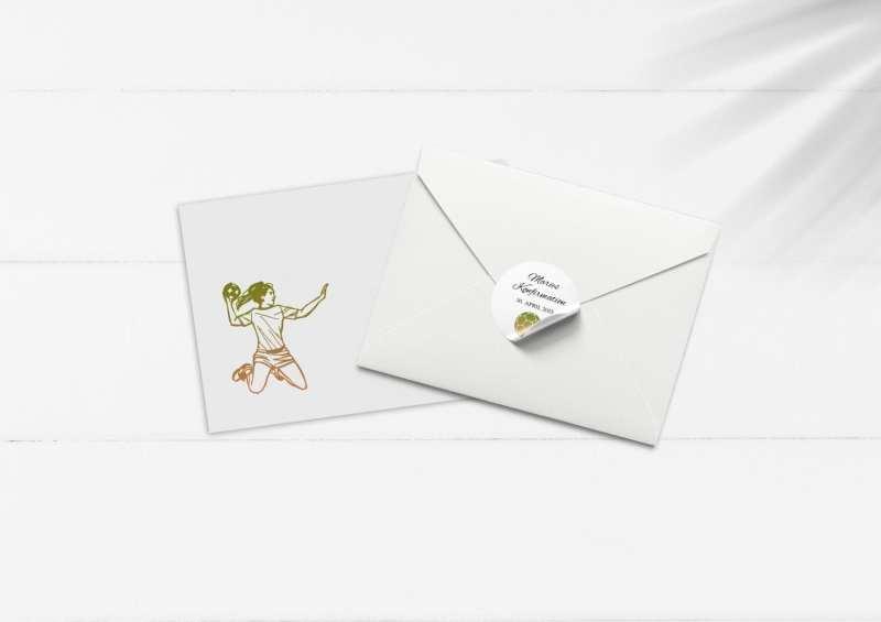 Kuvert og afsenderstickers på hvidt bord