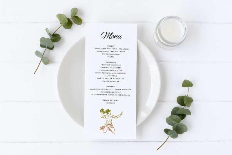 Menu på bord med tallerken og eucalyptus