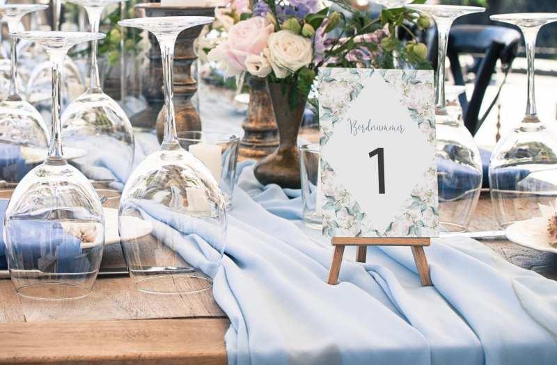 bordnummer med blå rosa og grønne nuancer