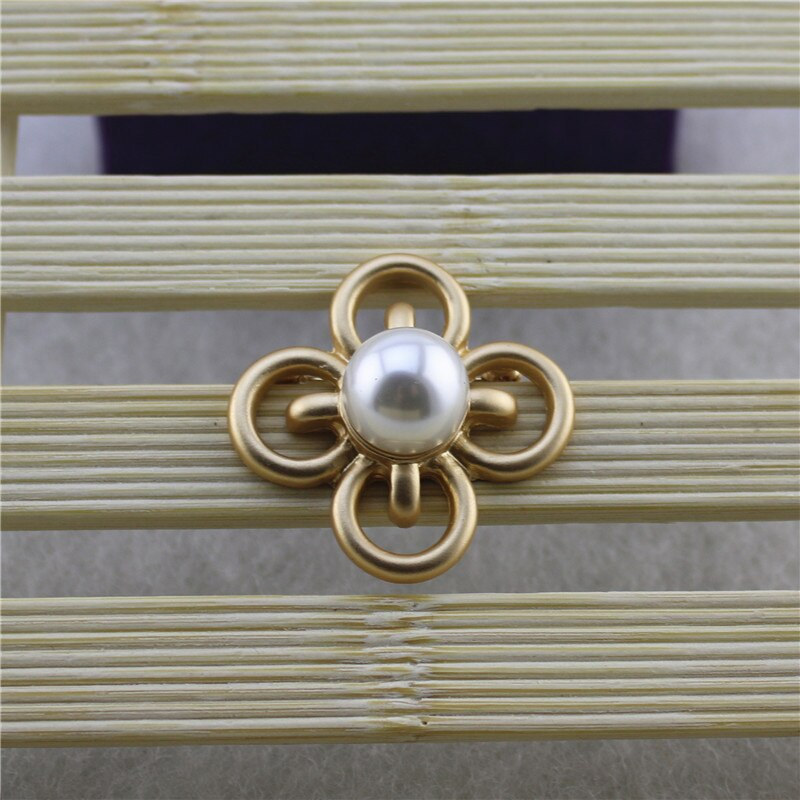 Luxurious Elegant Matte Gold Alloy Cross Clover Inlaid Large Imitation Pearl Fashion Brooch CLOVER JEWELLERY