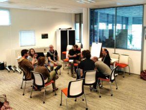 groupe de personnes discutant assises
