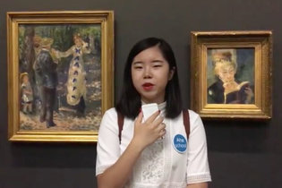 Une animatrice d'Aha School devant l'un des chefs d'oeuvres d'Orsay