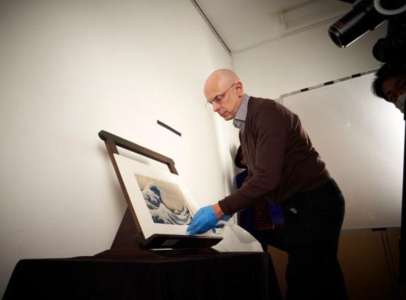 Tournage du documentaire sur Hokusai dans la salle Japon du musée, avec le conservateur Tim Clark et le chef d'oeuvre Great Wave