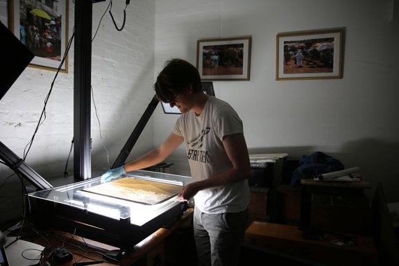 Un gestionnaire des collections scanne une  plaque en verre (c) British Museum
