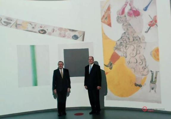 Le Prince Albert 2 et le commissaire de l'exposition  Jean-Louis Prat au cœur du dispositif MyTouchGallery