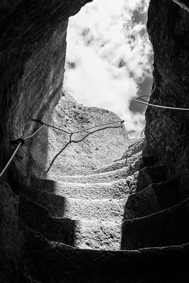3ème Prix: Entrée du Château de Gavaudun par la grotte. Julien de Marchi