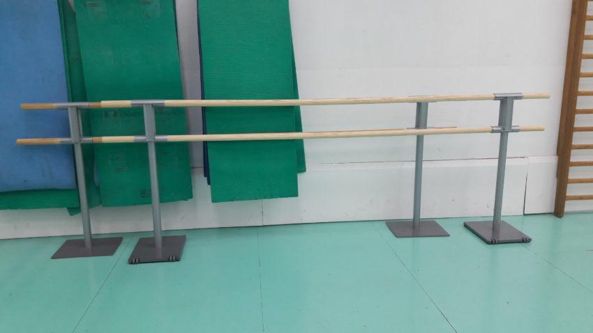 Une barre mobile pour les danseuses classiques